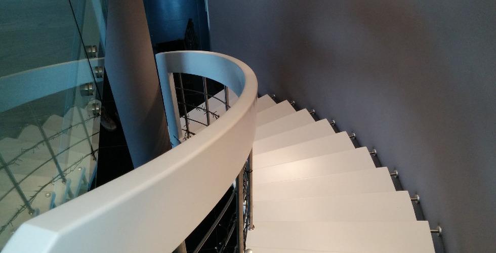 Escalier suspendu Nova courbe laqué